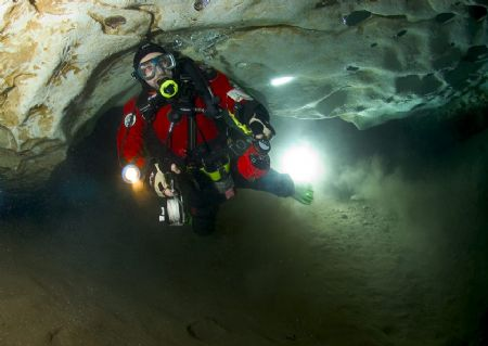 Diver in Engelbrechts Cave, South Australia. Remote slave... by Richard Harris