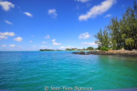 Nikon D 300 DSLR.Mauritius.Coming back from our dive in P... by Jean-Yves Bignoux