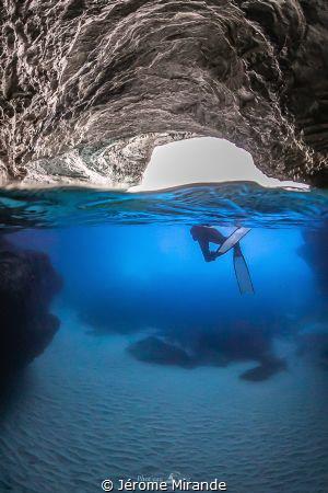 Sortie de grotte by Jérome Mirande