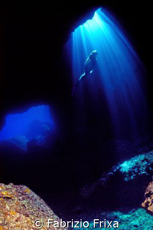 One divers in cove near the island of Ustica - Tyrrhenian... by Fabrizio Frixa