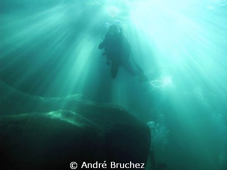 plongeur en contre-plongée à contre jour (Verzasca) by André Bruchez