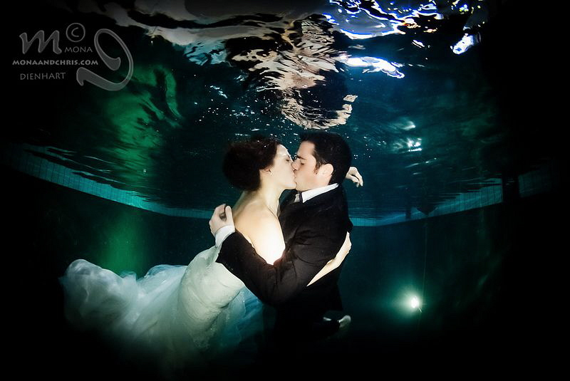 THE KISS wedding photography in the pool by Mona Dienhart