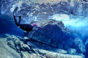 Diver under the wave by Julio Sanjuan