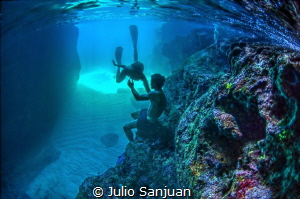 Underwater lovers by Julio Sanjuan