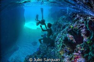 Underwater lovers by Julio Sanjuan