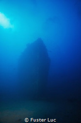 Shadow of the bow, wreck of the mythic Togo by 55 meters ... by Fuster Luc