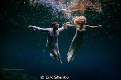 Cenote Trash the dress. Flying bride and groom in mexican... by Erik Shenko
