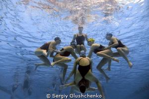 Teamwork in synchronized swimming. by Sergiy Glushchenko
