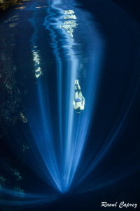 Follow the light to reach the heaven (freediving in a mex... by Raoul Caprez