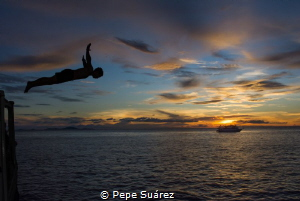 Sunset at Kho Bon and a diver which four dives a day is n... by Pepe Suárez