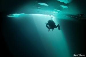 Ice diving atmosphere by Raoul Caprez