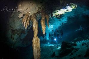 Divers en the entrance of Dos Ojos, Tulum México by Alejandro Topete
