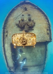 Divers exploring the Fang Ming Wreck by Nick Polanszky