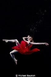 Model shoot in the swimming pool by Michael Baukloh