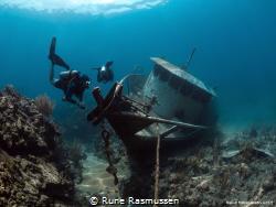 Josh & a small wreck in Roatan by Rune Rasmussen