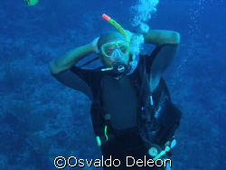 My Good friend Rodny, finishing his open water course and... by Osvaldo Deleon