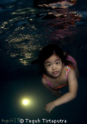 My 3.5 years lil daughter learning how to dive...captured... by Teguh Tirtaputra