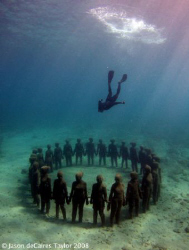 Divemaster Gary, free dives down to the vicissitudes stat... by Jason Decaires Taylor