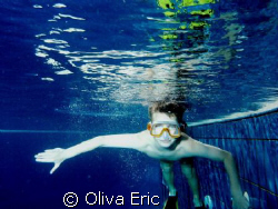 Dans la piscine by Oliva Eric