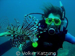 student looking at a lionfish by Volker Katzung