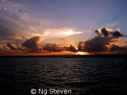 Setting Sun rays shines thru the clouds by Ng Steven