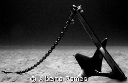 A BRUCE ANCHOR ON SAND BOTTOM WITH CHAIN.
