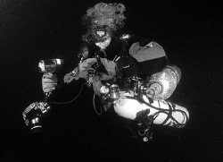 Diver at Misi/Borans Wreck on his way to the wall... by Andy Kutsch