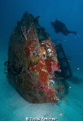 Small wreck at Ted´s Point, Utila. Canon EOS 350d, 10-22mm by Tobias Reitmayr
