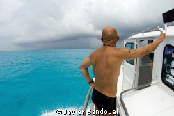 dive guide looking the upcoming storm by Javier Sandoval