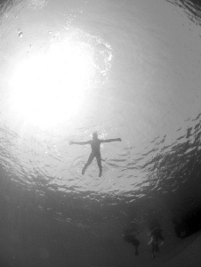 serge waiting at the surface for divers to return by Andy Kutsch