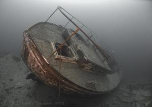 Podsnap stern. Capernwray. D200, 10.5mm. by Derek Haslam