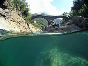 Pont de la rivière du Val Verzasca au Tessin... by Sylvain Kuster