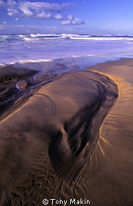 Patterns in the sand by Tony Makin