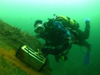 On the wreck of the F2, Scapaflow Orkney. Nick my buddy c... by Terry Reynolds