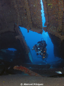 Juan ready to enter the wreck, Wit Shoal. by Abimael Márquez