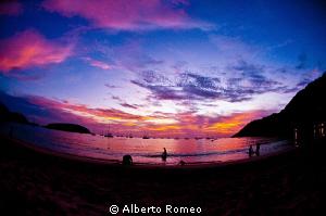 Sunset on Pucket beach. by Alberto Romeo