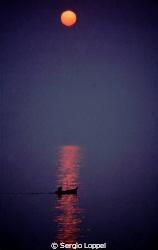 Red Moon Notte: una barca va a pesca by Sergio Loppel