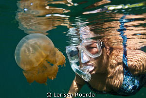 A pic of Jo in Palau, Jellyfish Lake.  Thanks - Jo!  (17mm) by Larissa Roorda
