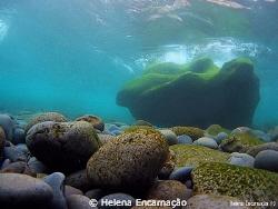 The wave's pebbles. by Helena Encarnação