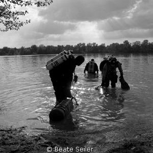 preparing the dive .... by Beate Seiler