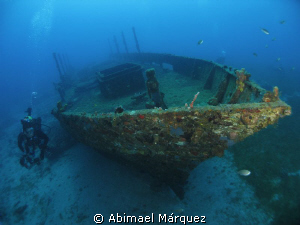 Eduardo exploring the wreck by Abimael Márquez