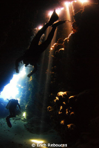 Divers through the Jackfish Alley cave by Erich Reboucas