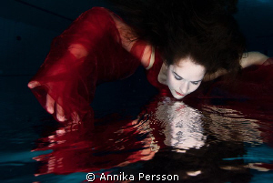Pool session with lady in red by Annika Persson