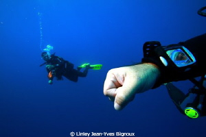 Two divers on a deco stop afrter a 56 metre dive in Mauri... by Linley Jean-Yves Bignoux
