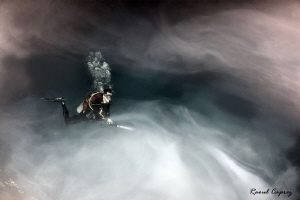 Diving in a cloud (sulphur layer at 30m deep in cenote E... by Raoul Caprez