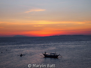 Beautiful sunset after a day if diving in Anilao, dive bo... by Marylin Batt