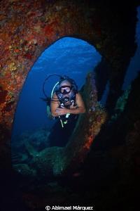 Jose Cartagena explores RMS Rhone propeller. by Abimael Márquez