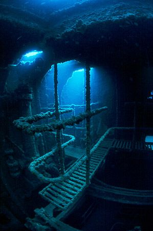 The machine-room of the Kalais. This beautyful wreck laying in only 30 meters depth will disappear because it is inside the ampliation area of the exterior mole of the harbour at Las Palmas, Gran Canaria. This picture was taken may 2004.