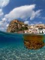 La foto raffigura il bellissimo castello di Scilla (RC) ed il fondale sottostante